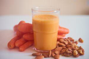 Karottensaft mit Mandeln und Walnuss