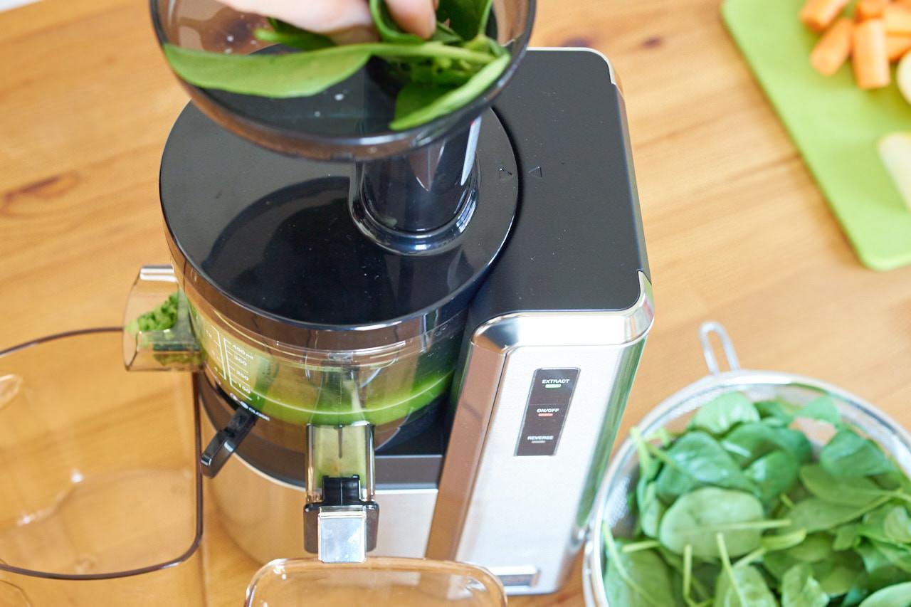 Grüner Saft aus Spinat