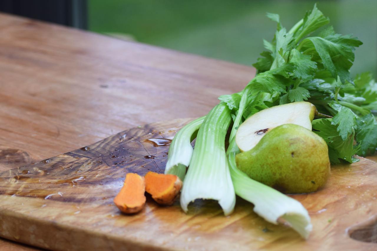 Zutaten für Selleriesaft mit Birne und Kurkuma